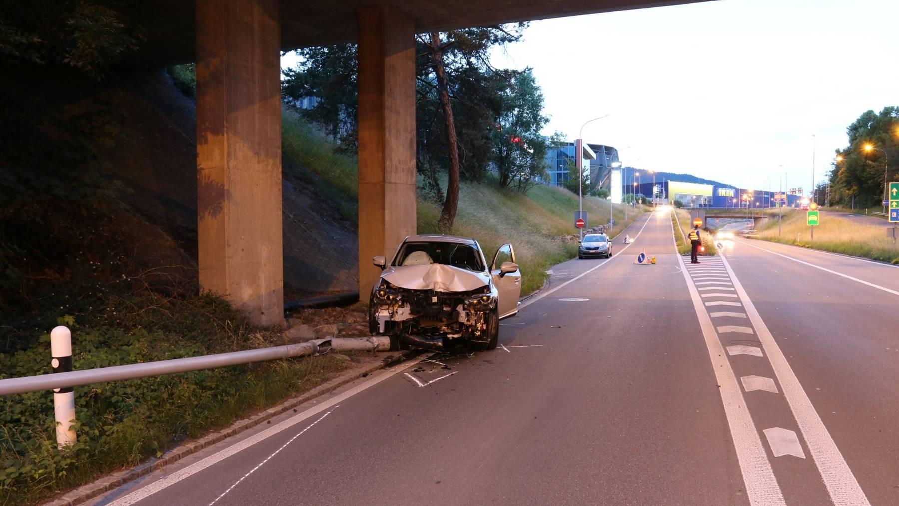 Der Fahrer kollidierte frontal mit einer Strassenlampe.