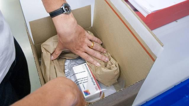 Eine Mitarbeiterin der Versandapotheke Zur Rose verpackt Medikamente (Archiv)