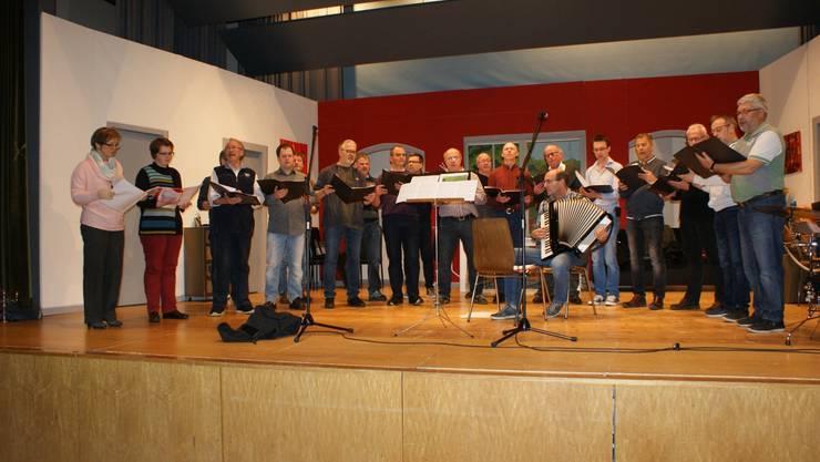 Männerchor mit Musikern und Jodlerinnen