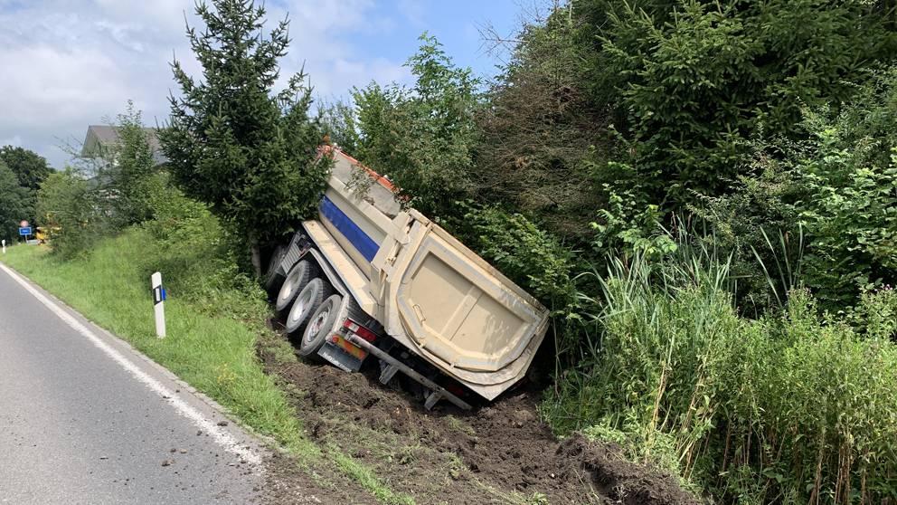 Lastwagen kippt in Böschung