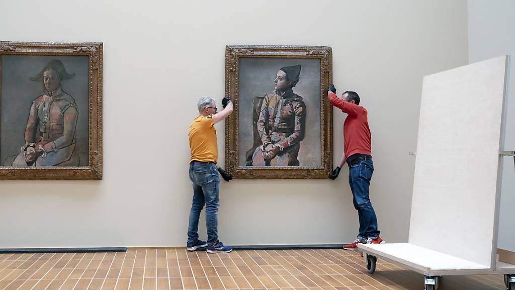 """Nach fast hundert Jahren kommen die 1923 entstandenen Bruderbilder Picassos erstmals wieder zusammen: Der """"Arlequin"""" aus Privatbesitz und der """"Arlequin assis"""" aus der öffentlichen Kunstsammlung Basel im Kunstmuseum Basel."""