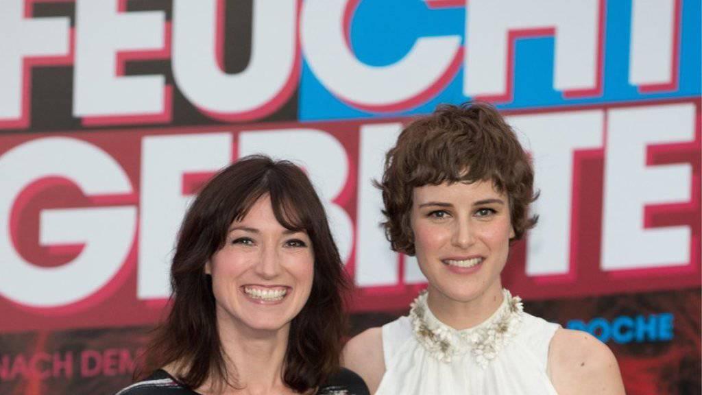 """Charlotte Roche - hier links neben der Schweizer Schauspielerin Carla Juri, Hauptdarstellerin in der Roche-Verfilmung """"Feuchtgebiete"""" -  lässt sich weder von eigenen Erotikromanen noch von """"Shades of Gray"""" antörnen (Archiv)."""