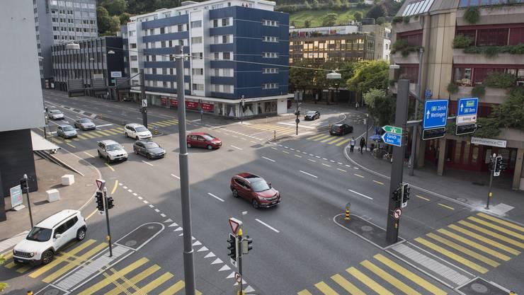 Die Stadt Baden möchte auf der Gstühl-Kreuzung einen fixen Blechpolizisten installieren. Nachdem der Kanton dem Vorhaben einen Riegel geschoben hatte, reichte die Stadt nun beim Regierungsrat Beschwerde ein.