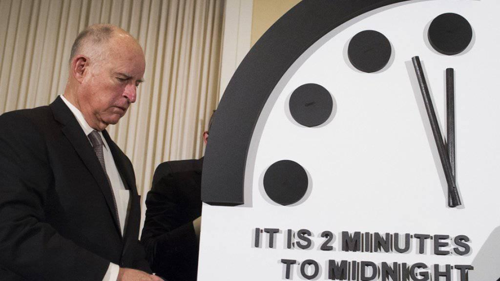 """Der frühere Gouverneur von Kalifornien, Jerry Brown, enthüllt am Donnerstag in Washington die """"Doomsday Clock"""" - diese steht auf zwei Minuten vor zwölf."""