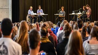 Eine Stunde lang debattierten Toni Cipolat, Yatin Shah, Moderator Kevin Heutschi, Etienne Pfrander und Tobias Estermann (von l. nach r.) über die kontroverse Initiative. Patrick Züst