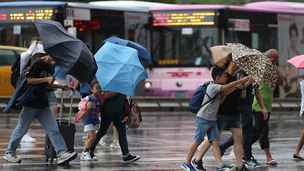 """Der Taifun """"Lekima"""" hat erst für Unwetter in Japan und Taiwan gesorgt - nun ist er am Samstagmorgen auf chinesisches Festland getroffen."""