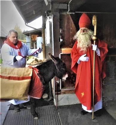 Diener, Eseli und St. Nikolaus bereiten sich auf die Schulung vor.