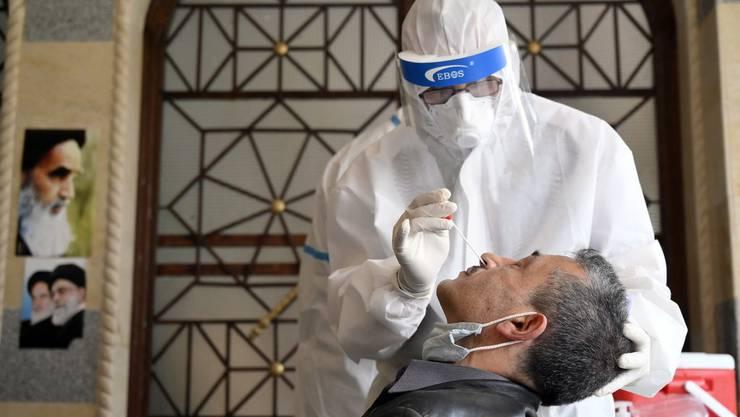 Ein Mann wird im Libanon auf das Coronavirus getestet.