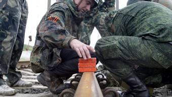 Prorussische Rebellen entschärfen eine Mine bei einem Bahngleis