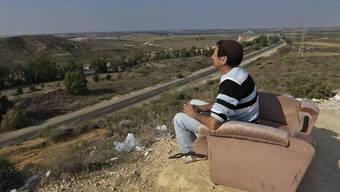 Waffenruhe: Ein israelischer Mann in der Nähe von Siderot blickt auf den Gazastreifen (Archiv)