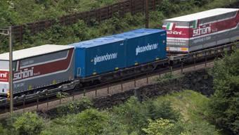 Lastwagencontainer auf der Gotthardstrecke bei Gurtnellen