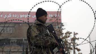 Ein afghanischer Soldat in der Hauptstadt Kabul während eines Bewachungseinsatzes. (Archivbild)