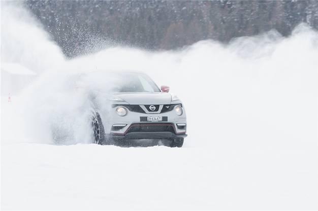 Weil immer weniger Schnee im Flachland liegt, kommen ungeübte Autofahrer in den Bergen nicht selten ins Schleudern. Wer auf Schnee fährt, sollte einen möglichst hohen Gang einlegen. Dadurch wird die Drehzahl kleiner und die Kraftübertragung auf die Räder ist sanfter. So ist die Wahrscheinlichkeit, dass ein Rad durchdreht, kleiner. Dies gilt auch fürs Anfahren – der zweite Gang ist im Schnee die richtige Wahl. Das Fahrzeug sollte ausserdem nur mit der Fussbremse verlangsamt werden und nicht, indem runtergeschaltet wird. Sonst besteht die Gefahr, dass sich das Fahrzeug querstellt. Wer trotzdem ins Schleudern gerät: sofort die Fussbremse betätigen. Mit dem Lenkrad korrigieren wollen ist heikel, denn sobald die Räder wieder Grip haben, macht das Fahrzeug einen Satz in die eingeschlagene Richtung.