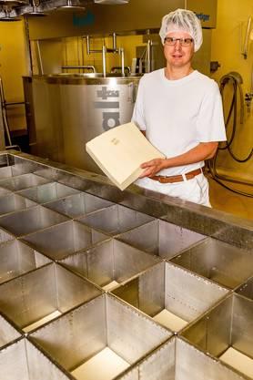 Betriebsleiter Martin Ineichen mit Raclette-Käse.