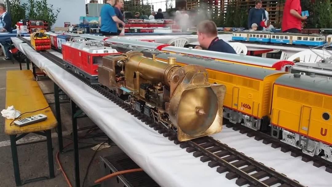 Nicht nur die grossen Loks sorgen für Begeisterung: Eine Modelleisenbahn in Aktion