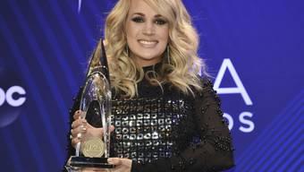 Die schwangere US-Countrysängerin Carrie Underwood hat an den 52. Country Music Association Awards das Geschlecht ihres zweiten Kindes verraten.