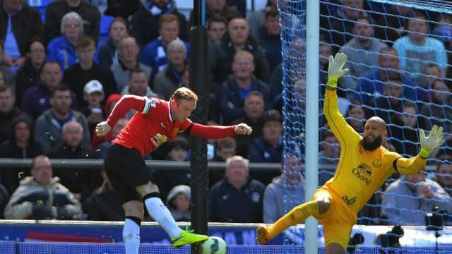 Wayne Rooney (l.) scheitert an Evertons Goalie Tim Howard