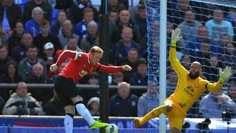 Wayne Rooney (l.) scheitert an Evertons Goalie Tim Howard