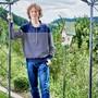 nformatikerlehrling Lenny Hug im Garten seines Elternhauses ob Walde. Bild: Colin Frei