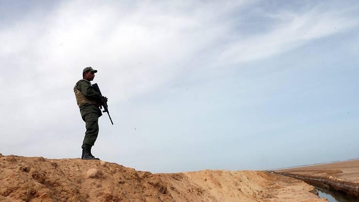 Ein tunesischer Soldat überwacht die Grenze zu Libyen. (Archiv)