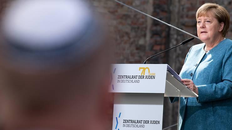 Bundeskanzlerin Angela Merkel (CDU) spricht beim Festakt zum 70-jährigen Bestehen des Zentralrats der Juden im Innenhof der Neuen Synagoge. Der Zentralrat der Juden in Deutschland wurde am 19. Juli 1950 in Frankfurt am Main gegründet. Foto: Bernd von Jutrczenka/dpa Pool/dpa