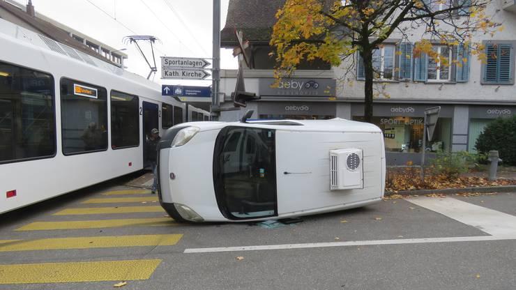 Oberentfelden, 11. November: Nach der Kollision kippt Auto auf die Seite.