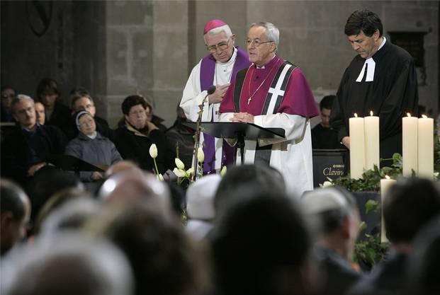 Bischof Amédée Grab, Bischof Fritz-René Müller und Thomas Wipf, ref. Pfarrer (v.l.) am Trauergottesdienst für die Opfer des Seebebens in Asien 2005 in Bern.