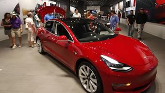 Neben dem Model 3, das für 35'000 Dollar verkauft werden soll und eine breitere Käuferschicht ansprechen soll, lanciert der Elektorautobauer Tesla nun auch einen Geländewagen, das Model Y. Im Bild: Ein Wagen vom Model 3 in einem Showroom in Denver. (Archivbild)