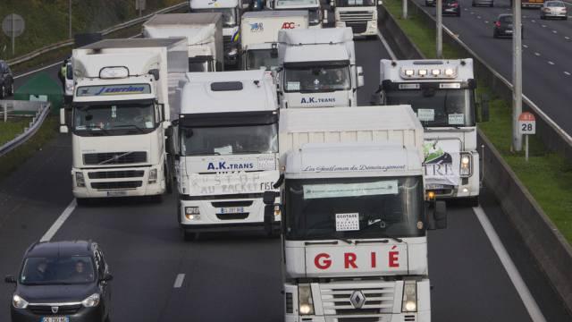 Lastwagenfahrer blockieren die Autobahn in Villepinte