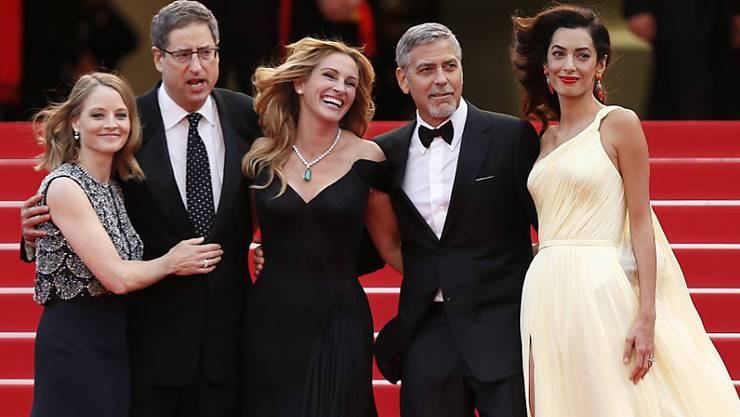 """Was für eine gutaussehende Clique: (v.l.n.r.) """"Money Monster""""-Regisseurin Jodie Foster, ein Gast, Julia Roberts, George Clooney und seine Gattin Amal am Donnerstagabend in Cannes."""