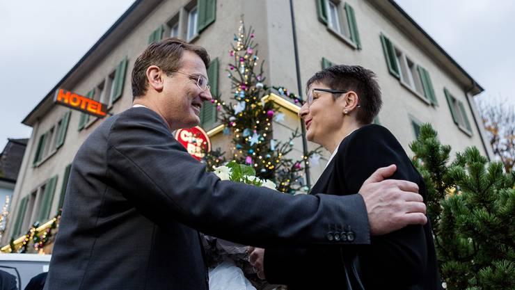 Franziska Roth nimmt Gratulationen des Aargauer SVP-Präsidenten Thomas Burgherr entgegen. Sandra Ardizzone