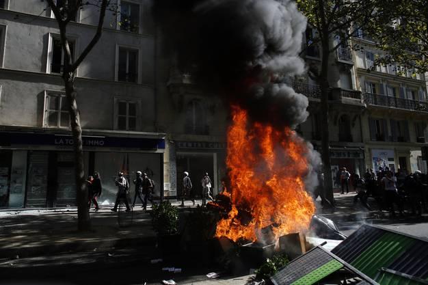Eine brennende Barrikade während der Klima-Demonstration in Paris.