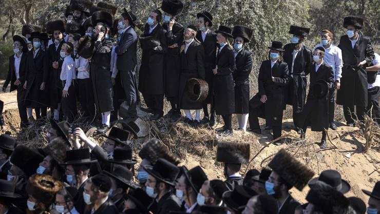 Abstand halten? Ein Fremdwort für viele Orthodoxe, hier an einer Beerdigung in Israel. Die Kritik vieler säkulärer Israeli  an den frommen Mitbügern wird immer lauter.