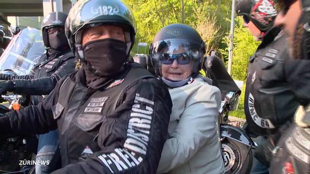 Keine Berührungsängste: Die Seniorin klammert sich an ihren Fahrer – und los gehts!