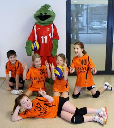 Unsere Kids mit Vollito, dem Maskottchen von Swiss Volley