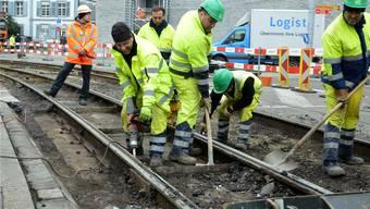 Problembereich Infrastruktur: Bauarbeiter der BVB verlegen in Basel neue Schienen.