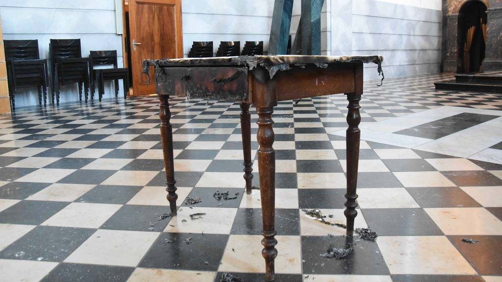 Unbekannte zünden mehrere Gegenstände in Kirche an