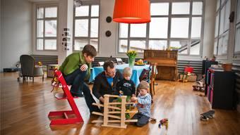 Vivienne und Martin Lorenc mit den Söhnen Liam und Kimi im Wohnzimmer. Annika Bütschi