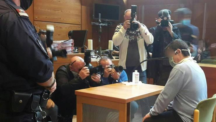 Der Angeklagte sitzt vor Prozessbeginn im Innsbrucker Landgericht. Foto: Brigitte Forster/APA/dpa