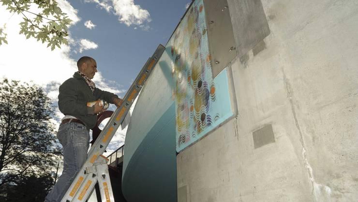 In Basel finden Verschönerungen durch offizielle Sprayereien statt. Hier an der Heuwaage am Viadukt. Der Künstler Tarek Abu Hageb sprayt mit Schablone Ornamente an die vorbereitete Brüstung.