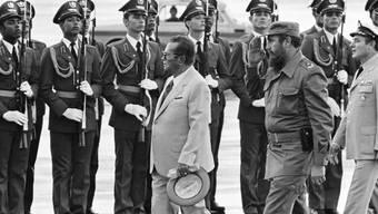 Der damalige jugoslawische Präsident Josip Broz Tito 1979 beim Abschreiten einer kubanischen Ehrengarde. Hinter Tito Kubas Präsident Fidel Castro. (Archiv)