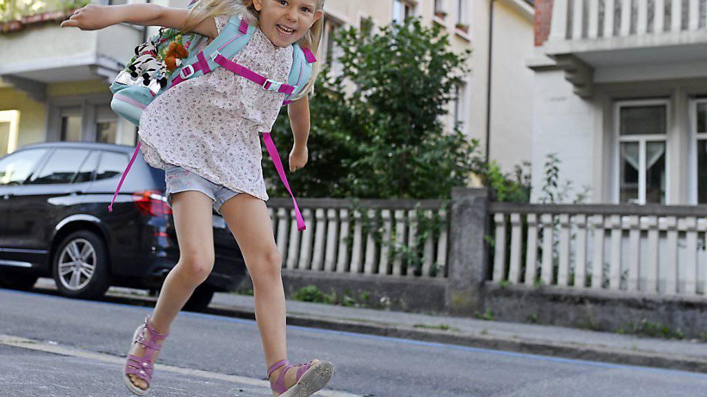 Sprung in eine neue Ära: Voller Freude hüpft diese Erstklässlerin dem ersten Schultag entgegen. (Archivbild)
