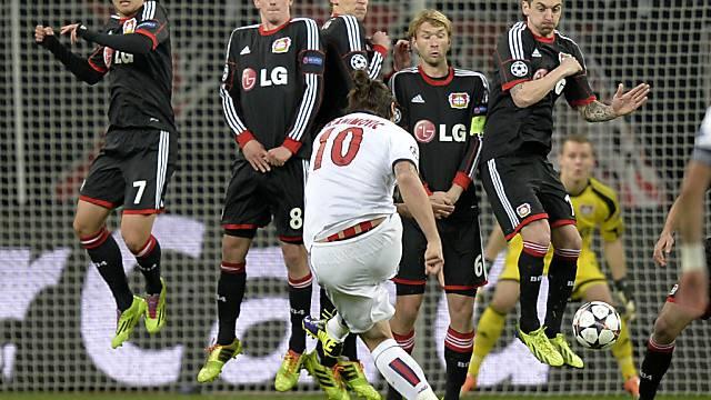 Zlatan Ibrahimovic bei einem Freistoss im Hinspiel in Leverkusen.