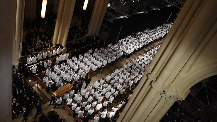 Dutzende Köche nehmen in der Kathedrale Saint-Jean in Lyon Abschied vom verstorbenen Spitzenkoch Paul Bocuse.