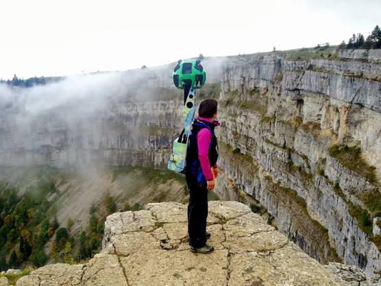"""Der """"Creux du Van"""" an der Grenze des Kantons Waadt und Neuenburg ist der """"Grand Canyon"""" der Schweiz. Im Bild: Ein Google-Mitarbeiter, welcher 3D-Aufnahmen erstellt."""