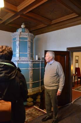 Hans Ulrich Meyer zeigt seinen Gästen das Abtzimmer.
