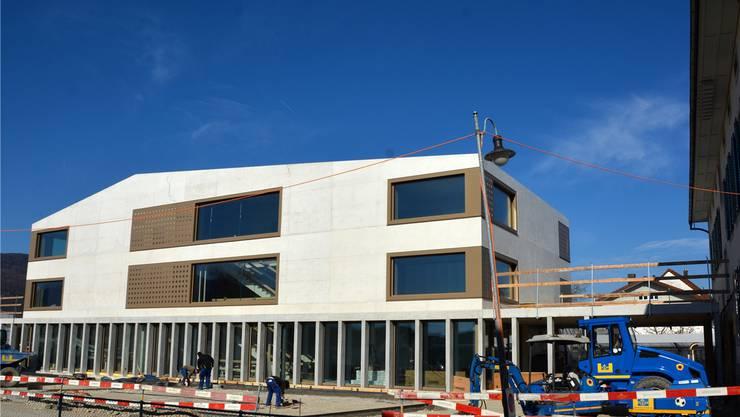 Derzeit wird im Innen- und im Aussenbereich des neuen Schulhauses gearbeitet.