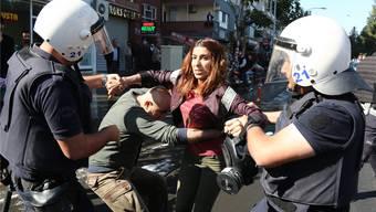 Auch vergangene Woche haben die türkischen Behörden wieder Hunderte Festnahmen und Entlassungen durchgeführt. Hier eine Festnahme bei einer Demonstration in der Stadt Diyarbakir.