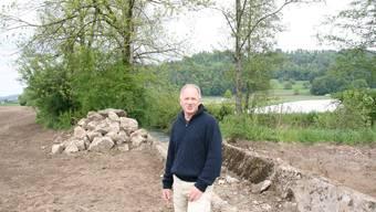 Hanspeter Lüem steht am Suhreufer Staffelbach, das momentan naturnah gestaltet wird.