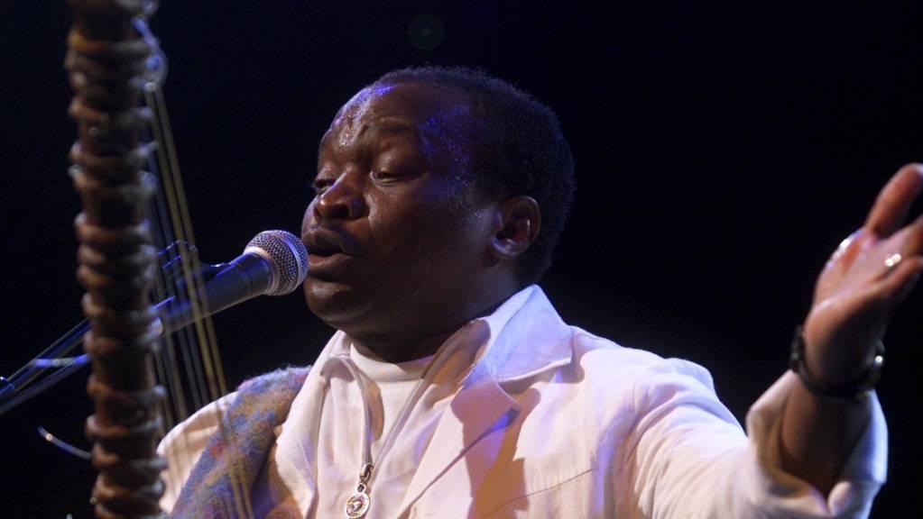 Mory Kanté anlässlich eines Konzertes auf der Arteplage der Expo.02 in Biel BE. (Archivbild)